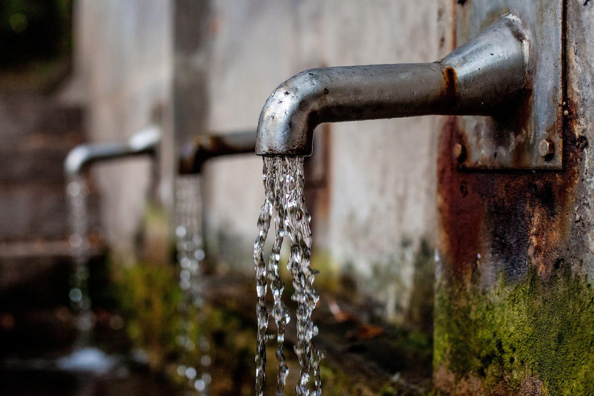 Un robinet extérieur qui coule